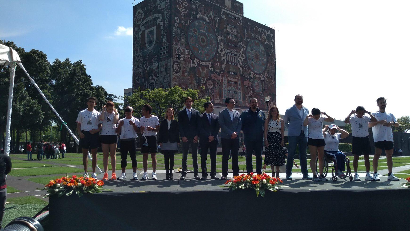 Presentan medalla y playera del Maratón